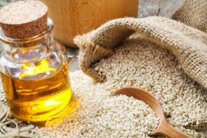 10 sposobów na zastosowanie oleju sezamowego na włosy